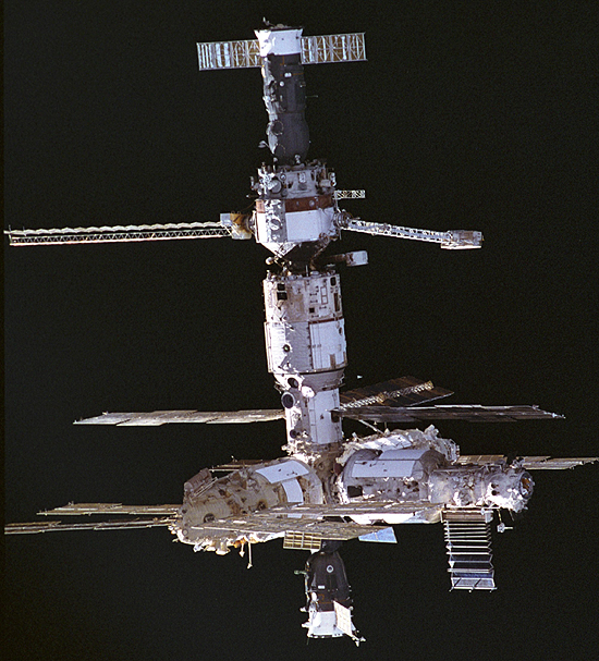 REF: JSC-STS74-333-11 STS-74 ONBOARD PHOTO: SHUTTLE/MIR MISSION;MIR DURING APPROACH; FROM TOP TO BOTTOM; PROGRESS, KVANT-1 WITH SOFORA TRUSS ON RIGHT, BASE BLOCK, SPEKTR ON LEFT KRISTALL ON RIGHT, AND SOYUZ