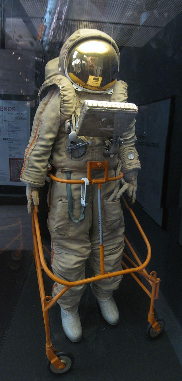 Krechet-94_space_suit,_NASM