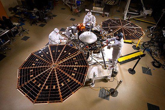 Hablo, Keplerio, Čandra, Niutono, Spicerio, Heršelio, Planko, teleskopai InSight spacecraft solar array deployment