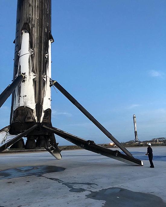 Falcon Heavy startas, Falcon 9 skaičiai, SpaceX sekmė ir Elon Musk Tesla, LZ2-with-Falcon-Heavy-boosters-Elon-Musk
