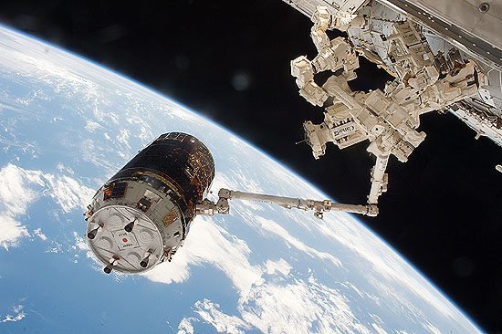 Cygnus, HTV, ATV, Dragon, Progress, krovininis, erdvėlaivis, HTV-6_grappled_by_the_International_Space_Station's_robotic_arm_(2)