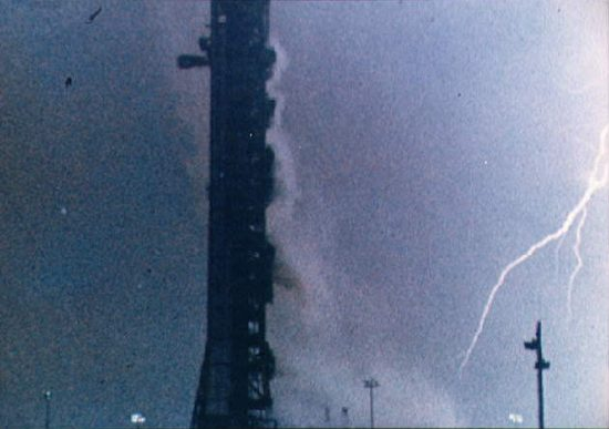 Kosmosas, skrydžiai, pavojai, Liberty Bell 7, Lightning-bolt-during-the-launch-of-the-Apollo-12-lunar-landing-mission