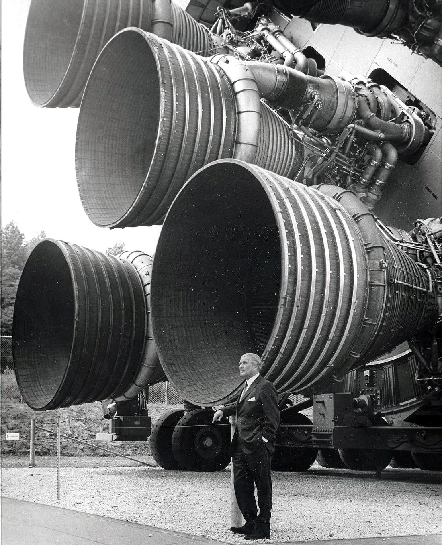 W Braun prie Saturn V F-1