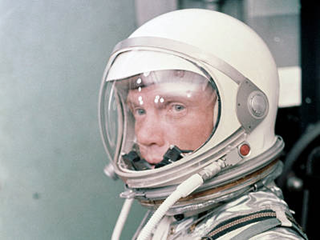 pirmuoju astro specu tapo Glenn Suits-Up for Launch
