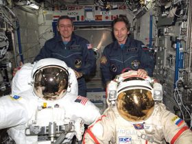 JAV, Rusija, spacesuits2_0