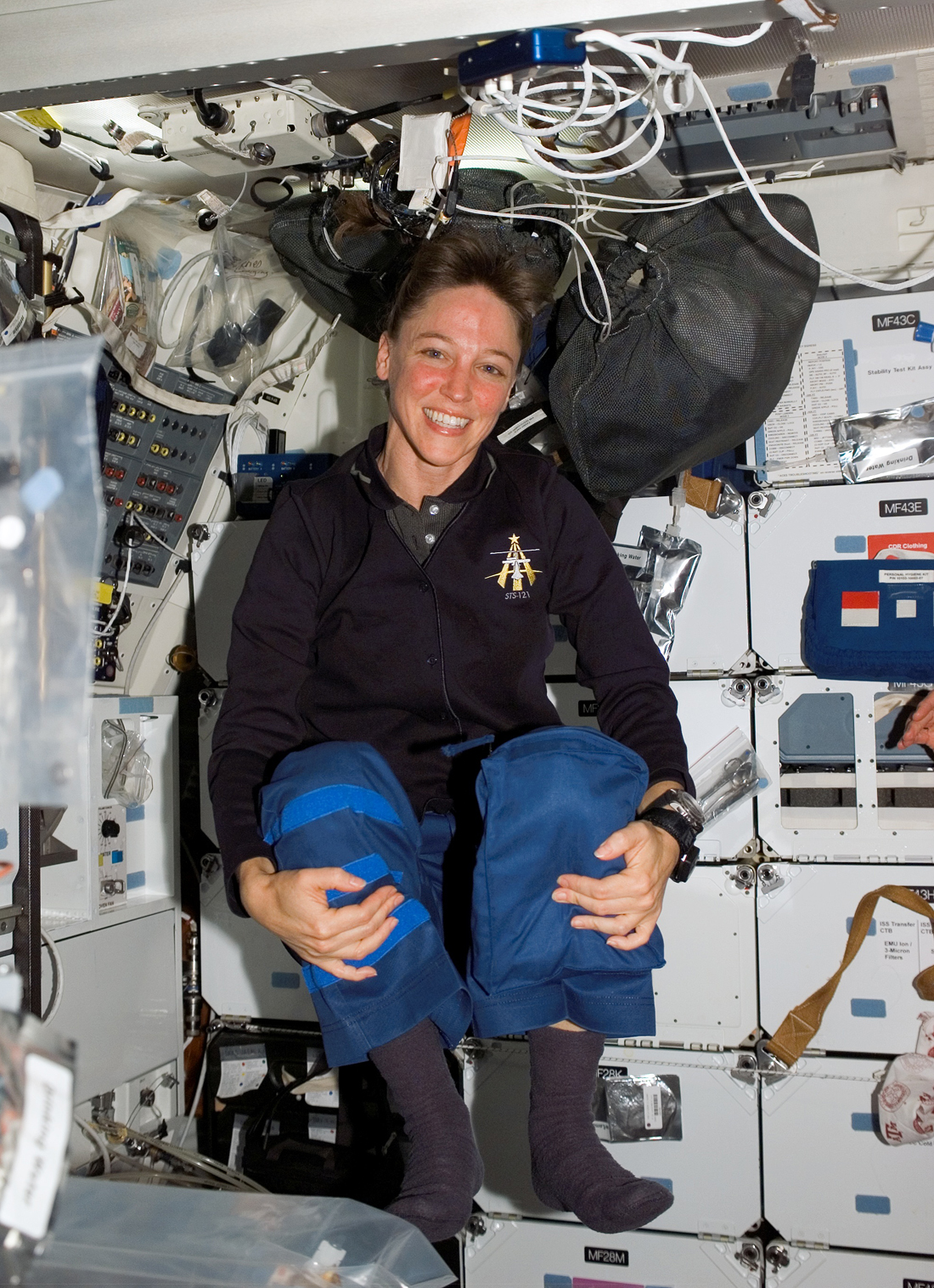 Lisa_Nowak_floats_on_the_middeck_of_the_Space_Shuttle_Discovery